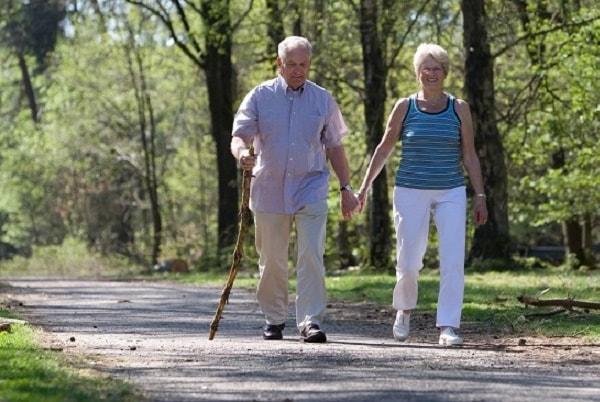 Người bệnh thoái hóa cột sống có nên đi bộ, chạy bộ không?