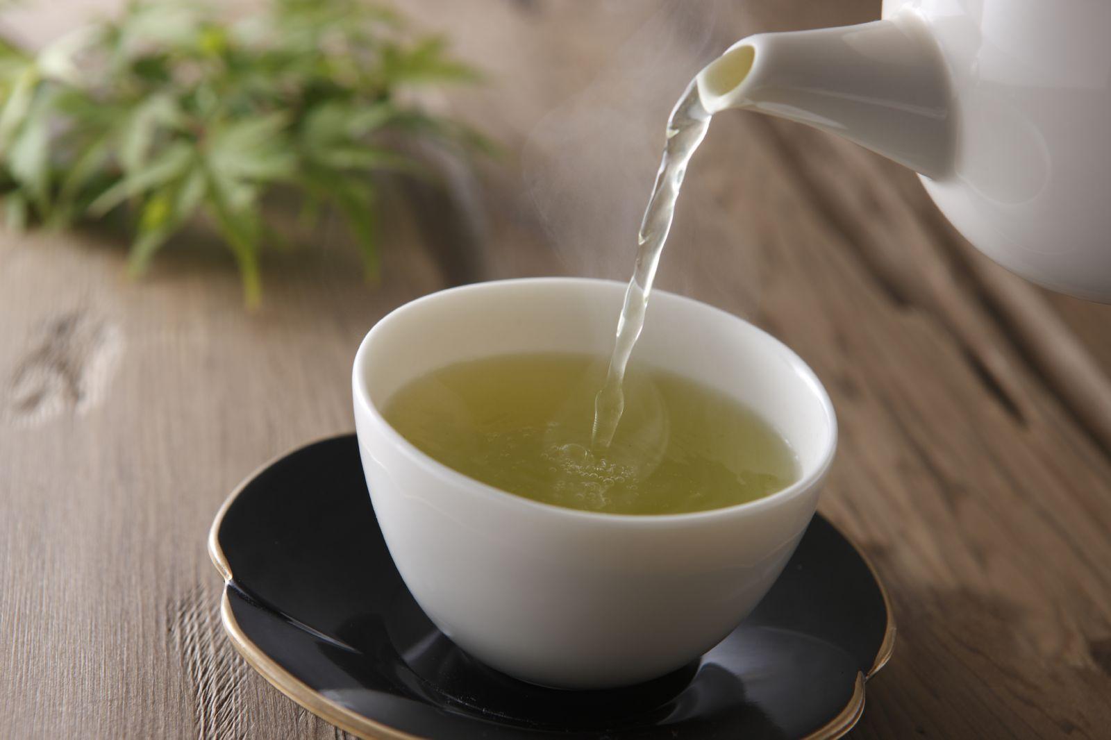 Uống trà rau dền gai chữa bệnh gai cột sống